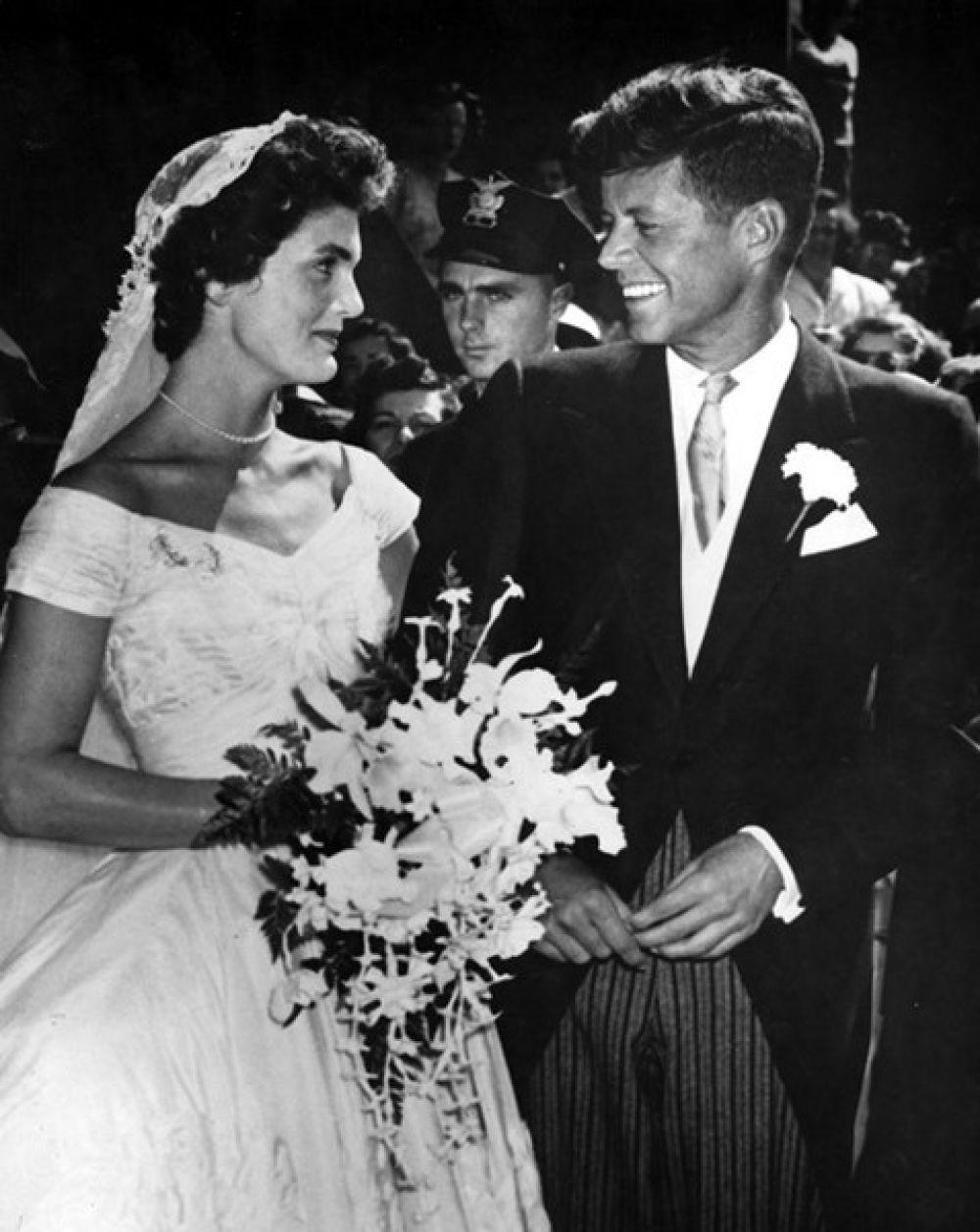 12 сентября 1953 года в церкви Святой Марии в Ньюпорте отгремела свадьба Джона Ф. Кеннеди и Жаклин Кеннеди. Платье невесты - летящее и воздушное, придумала дизайнер Энн Лоу, а сама Жаклин стала законодательницей моды, вернув фасону платьев в пол популярность в ту эпоху, когда на пике моды были платья по щиколодку и с ярко выраженной талией.