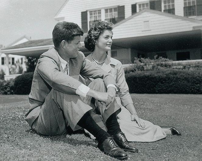 Знакомство Жаклин Кеннеди и Джона Кеннеди не было овеяно каким-то нелепым случаем или особой романтикой - их дальнейшую жизнь предрешил один званый вечер, на котором Джона Кеннеди и Жаклин Бувье познакомили общие друзья. Роман двух влюбленных разгорался бурно - уже спустя год, 25 июня 1953 года они объявили о помолвке. С самого начала романа Жаклин понимала, что ее будущего супруга, который тогда был сенатором, следует поддерживать во всех начинаниях. «Женщины делятся на две категории: одним нужна власть над миром, другим — над своим мужчиной, который правит миром» - таково было кредо Жаклин К
