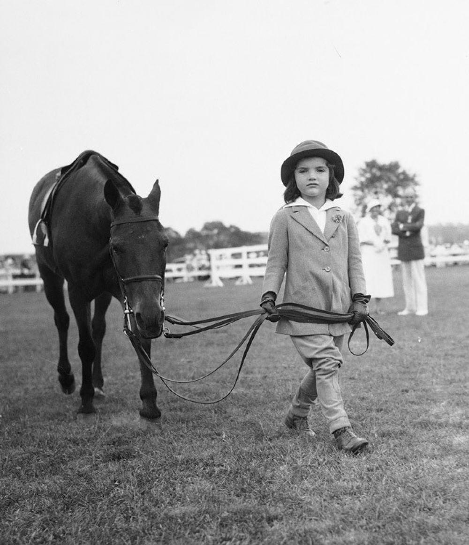 """Жаклин Кеннеди родилась в семье Джона Бувье и Джанет Нортон Ли. С самого детства девочка отличалась веселым, даже """"солнечным"""" нравом. Девочка с детства была легкой на подъем и любила кататься на лощадях."""
