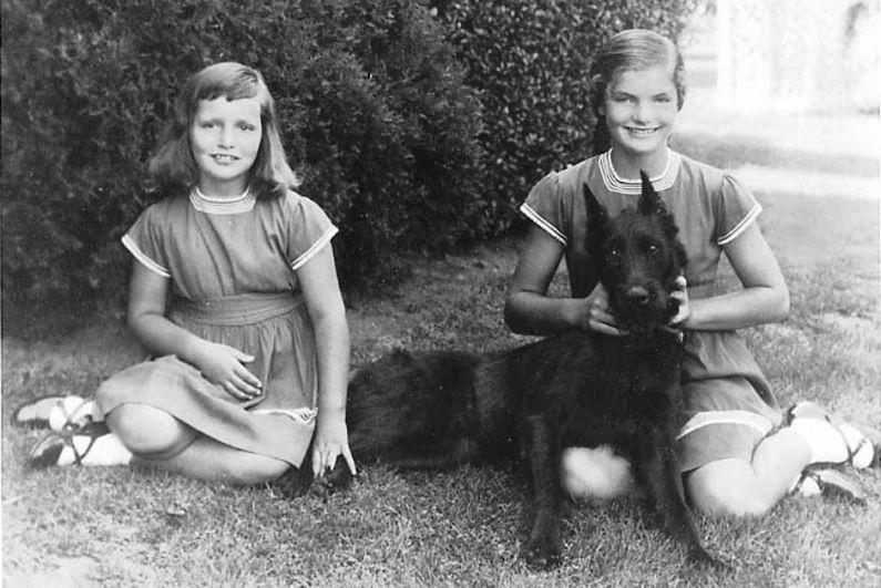Девочка росла в пригороде Нью-Йорка Саутгемптоне вместе со своей сестрой Кэролайн. Девочка была любимицей родителей - веселая и не по годам рассудительная, даже после развода родителей, она не унывала. В 1940 году, когда Жаклин было 11 лет, ее мама вновь вышла замуж за миллионера наследника Standard Oil Хью Очинклосса. Уже в то время Жаклин проявляла хороший вкус в музыке, а также - в одежде.