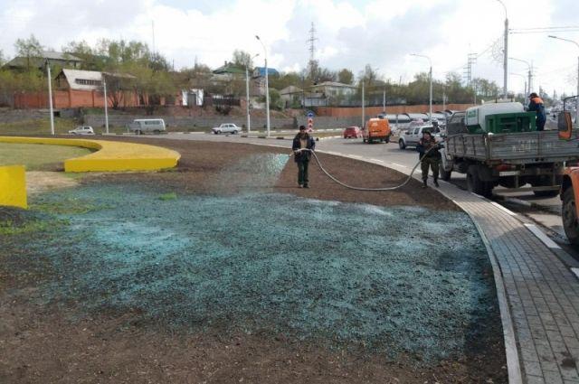 «Синие» газоны уже появились на улицах Игарская, Декабристов и Ленина.