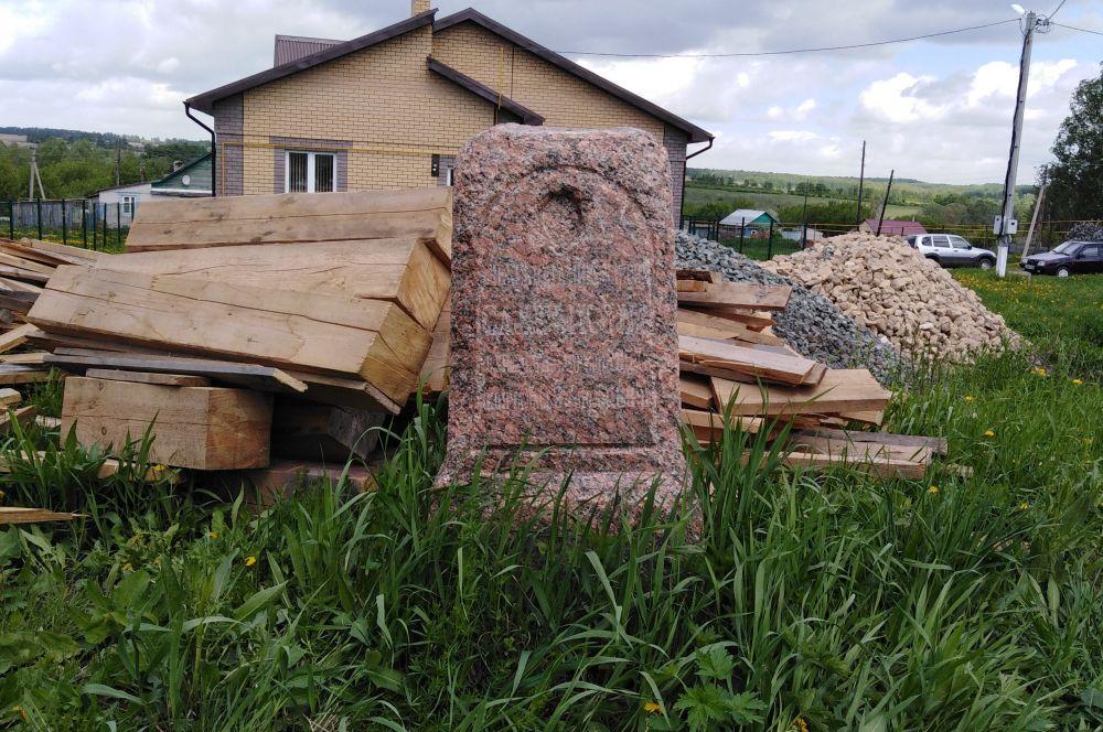Надгробный памятник Михаилу Салтыкову, одному из братьев Салтыковых, построивших в 1882 году на свои деньги колокольню храма. Памятник нашли, приводя в порядок территорию около церкви.
