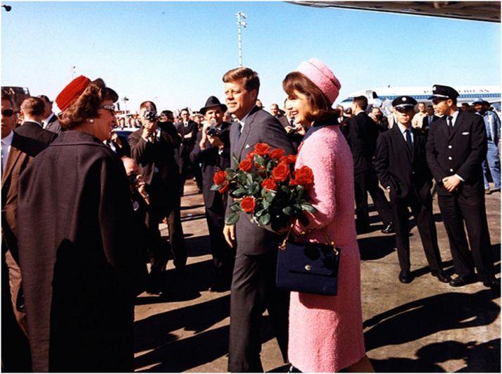 После смерти четвертого ребенка, супруги впервые жили душа в душу. Джон Кеннеди стал оказывать поддержку своей жене, увидев, как тяжело она переживает смерть своего ребенка, а Жаклин Кеннеди с головой ушла в обязанности первой леди. Но счастье, увы, было совсем недолгим.