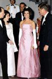 Теперь - о стиле Жаклин Кеннеди, ведь иконой моды она стала еще в то время, когда Джон Кеннеди был сенатором. На фото - в платье от Dior из чистого розового шелка, Жаклин Кеннеди на торжественном приеме в Белом Доме.