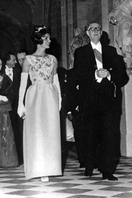 Жаклин Кеннеди и Шарль де Голль, 2 июня 1961 года от Givenchy. До Жаклин первые леди не так часто присутствовали на официальных приемах и ужинах, а в своих нарядах предпочитали красный, черный и традиционный белый. Жаклин Кеннеди была законодательницей стиля для первых леди, начав носить платья разных оттенков, а также туфли на шпильках. Кроме того, Жаклин максимально приблизила наряды первой леди к уличной моде, что способствовало ее популярности.