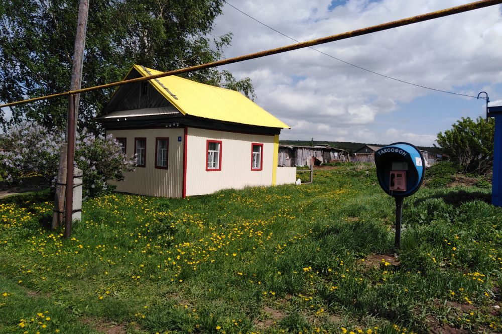 Тут же – фельдшерско-акушерский пункт (ФАП) и газовая труба – главные признаки здоровья сегодняшней деревни. Таксофон сейчас мало востребован, но он работает.