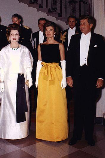 Знаменитое желто-черное платье из шелка и атласа от ателье Chez Ninon на ужине в честь президента Перу.
