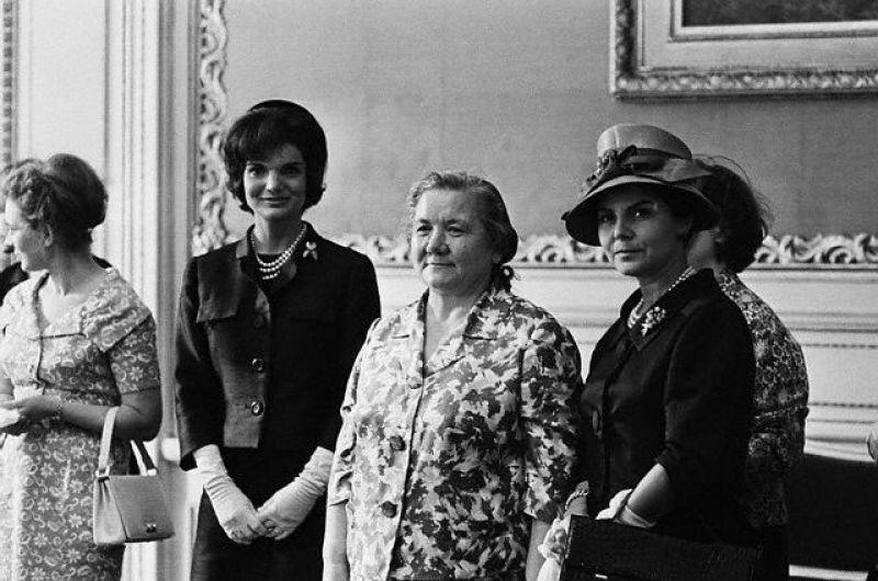 Знаменитое фото: первая леди США Жаклин Кеннеди и первая леди СССР Нина Хрущева. Фотографию до сих пор используют для демонстрации разницы менталитетов двух огромных государств.