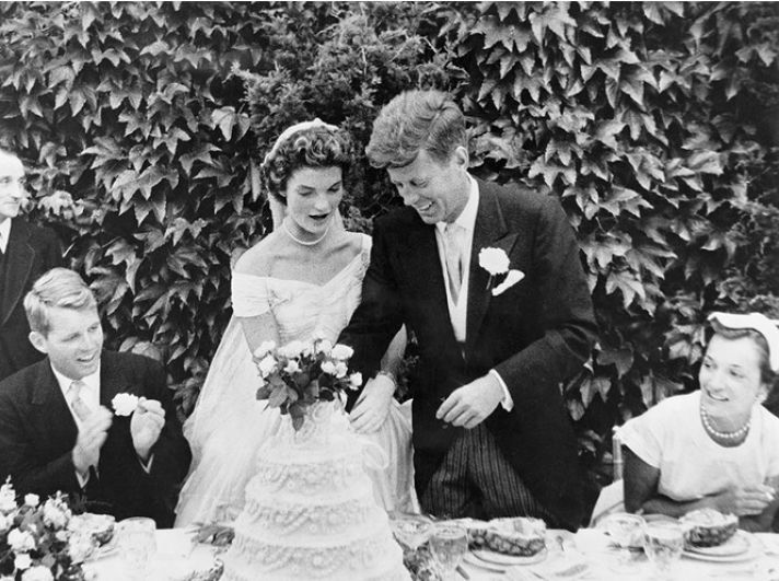 Увы, но семейная жизнь с Кеннеди - будущим президентом США была отнюдь не сахар - все из-за постоянных измен Джона Кеннеди. Жаклин очень остро переживала постоянные командировки мужа, это привело к первой трагедии в ее жизни - 23 августа 1956 года у нее открылось кровотечение на шестом месяце беременности, что привело к преждевременным родам и гибели первенца четы - дочери Арабеллы, которая не прожила в этом мире ни минуты.