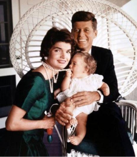 Несмотря на постоянные распри, Жаклин Кеннеди очень любила своего мужа, стараясь быть для него всем - опорой, советчиком, секретарем и помощником. Все ее чувства окупились сполна лишь после очередной трагедии - уже в пору президентства Джона Кеннеди, в 1963 году, Жаклин была снова беременна, но увы - их сын Патрик появился раньше срока - 7 августа после того, как у Жаклин резко ухудшилось самочувствие. Малыш родился слабеньким и скончался через 2 дня. Эта трагедия очень укрепила супругов и с тех пор они были практически всегда вместе.