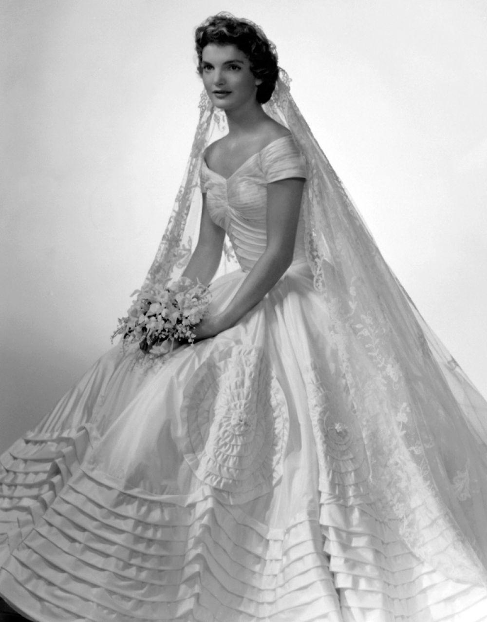 """Свадьба была выдержана в английском стиле, а медовый месяц влюбленные провели в Акапулько. Эти 30 """"медовых"""" дней Жаклин впоследствии вспоминала как самое счастливое время, поскольку счастливая семейная жизнь с Джоном Ф. Кеннеди закончилась довольно быстро."""