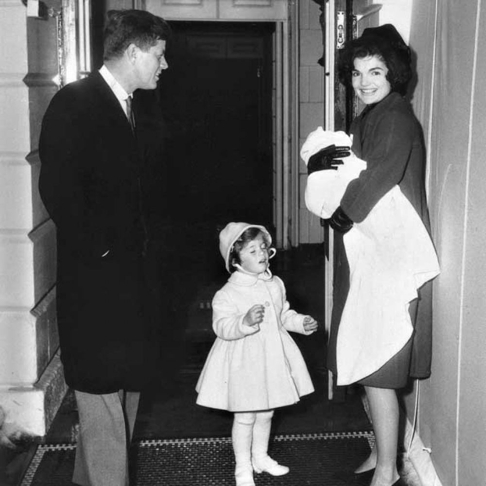 """""""Это очень помогает, когда ты постоянно живешь жизнью мужа,  дышишь его работой. Он приходит домой, чтобы ударить кулаком по столу, как еще расслабиться бедному мужчине"""" - говорила Жаклин Кеннеди спустя годы. Именно в согласии с этим утверждением она и жила - стараясь быть для Джона идеальной супругой. В 1957 году, спустя полтора года, на свет появилась дочь Кэролайн, а спустя три года и два дня - в День Благодарения, 25 ноября 1960 года, на свет появился сын Джон Фицжеральд Кеннеди младший. На фото - с дочерью и сыном."""