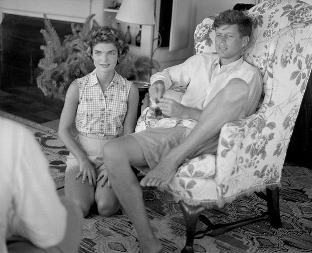 Эту трогательную фотографию сняли в одной из резиденций тогда еще будущего президентской четы. Жаклин Кеннеди во многочисленных интервью говорила о том, что всегда находится рядом со своим мужем, но - на вторых ролях.