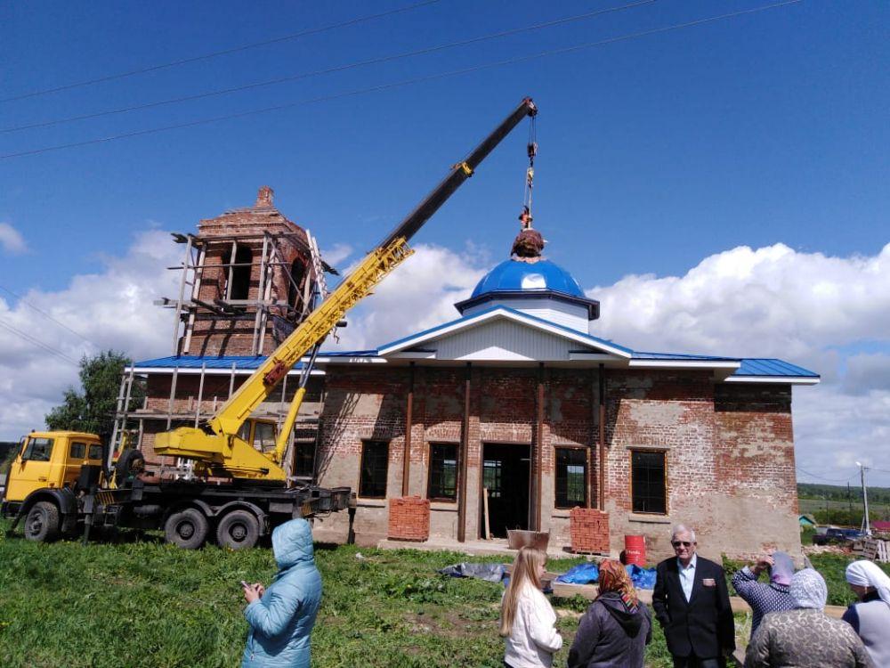 Службы в клянчинском храме прекратились в 1937 году – после того, как бесследно пропал его настоятель. Но местные жители сохранили два аутентичных кованых креста.