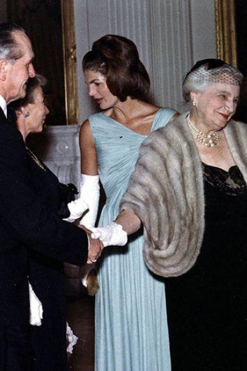 Жаклин Кеннеди на приеме в Белом доме, 29 апреля 1962 года, сконструированное Олегом Кассини. Одно из самых знаменитых и красивых платьев Жаклин Кеннеди