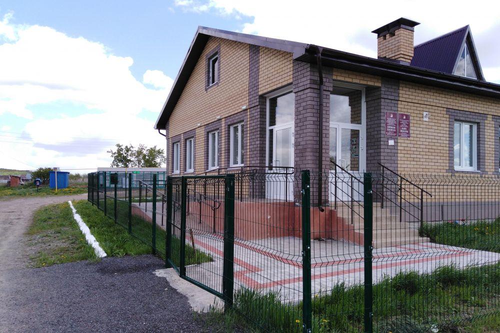 По соседству с храмом находится Клянчинский сельский клуб.