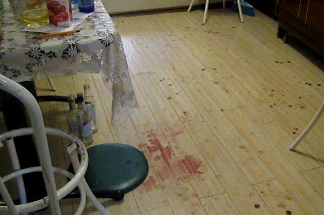 Подозреваемый схватил нож и нанёс погибшей четыре удара, в том числе в область грудной клетки.