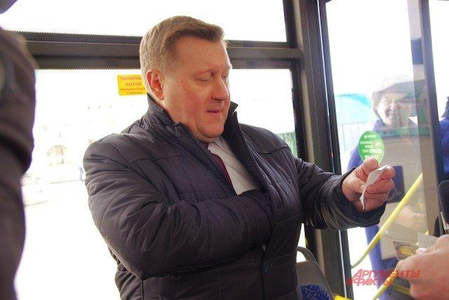 Мэр Анатолий Локоть в троллейбусе.