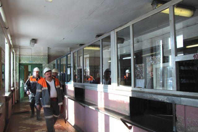 По требованиям безопасности сотрудников подземной группы вывели на поверхность.