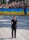 Владимир Зеленский приветствует своих сторонников аплодисментами.