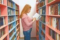 В обновлённом помещении библиотеки сотрудники соблюдают тишину. Но как тут не рассмеяться, когда просят выдать «Водоросль» Фонвизина или «Пахом звонит вколокол» Хемингуэя?!