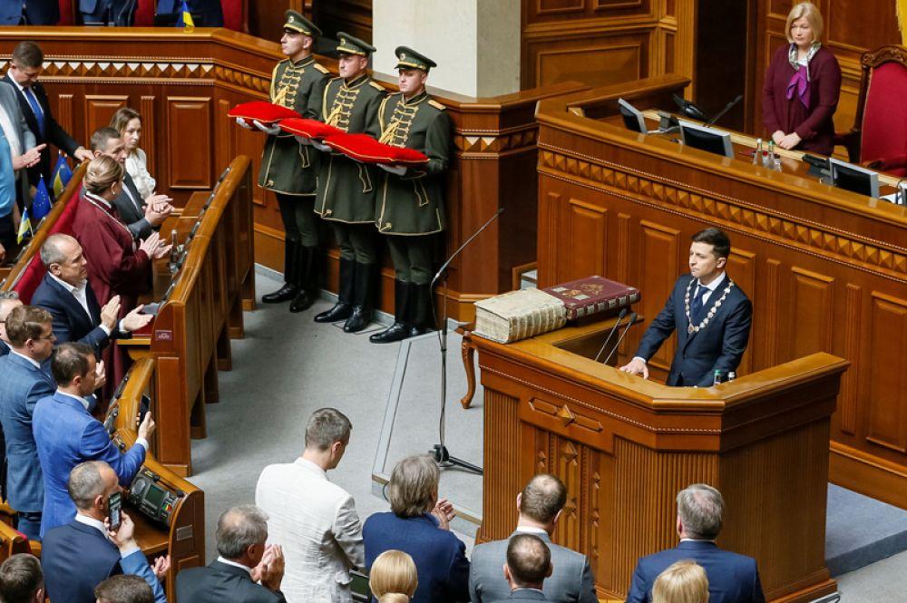 Избранный президент Украины принимает присягу на церемонии инаугурации в зале парламента в Киеве.