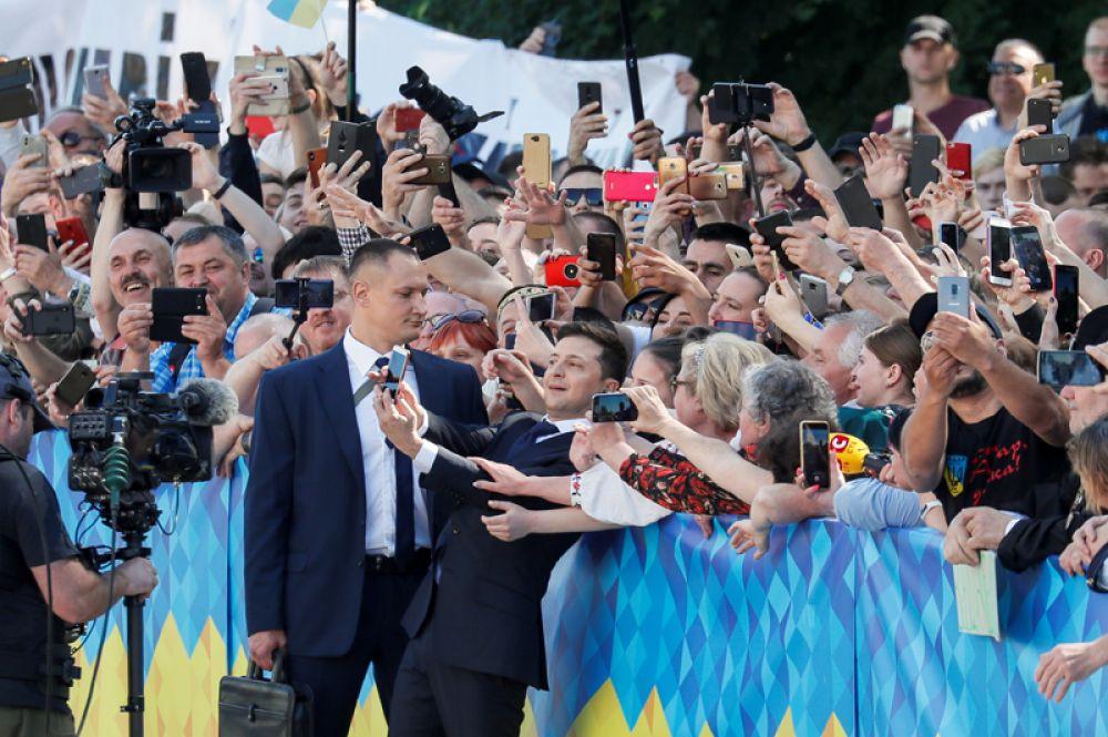 Владимир Зеленский приветствует своих сторонников перед инаугурацией.