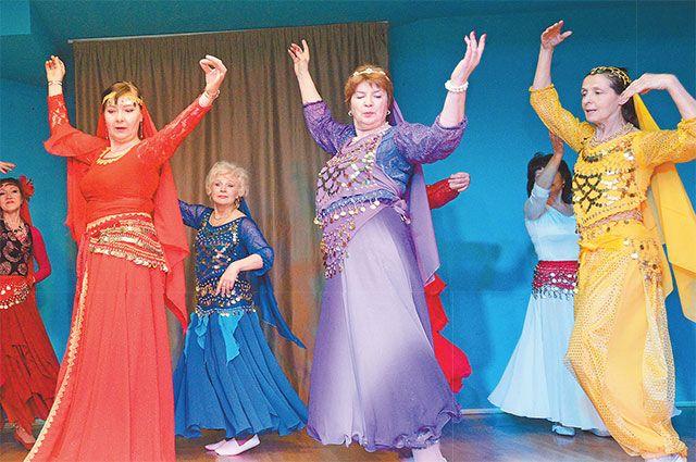 Танцоры из «Московского долголетия» выступают не только  на сцене «Диалога», они частые гости в школах и клубах района. Ни один праздник в Очакове-Матвеевском не проходит без их участия.