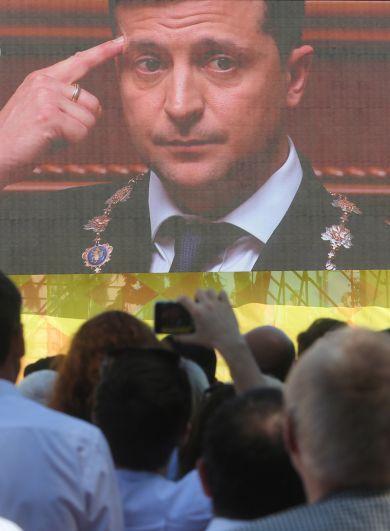 Зрители смотрят прямую трансляцию церемонии инаугурации.