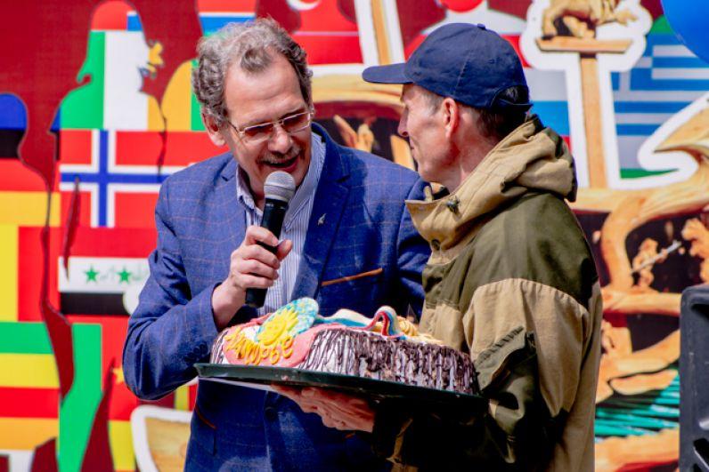 Самое ценное для мастера – признание коллег, и лучшего, по их мнению, наградили большим тортом