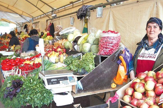 Больше всего покупателей в воскресенье вечером, когда продавцы снижают цены. Но и в остальные дни мини-рынок не пустует.