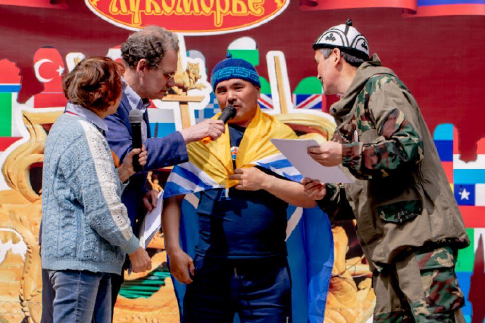 Мастера из Тывы Очур Аракчаа и Иргит Альберт на награждение вышли с флагом своей республики