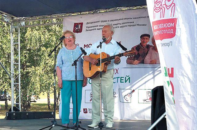 С тех пор как Александр Чуркин встретил свою вторую жену 33 года назад, на сцену выходит только с ней – супруги поют дуэтом.