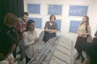 Яна Двоенко ведёт авторскую экскурсию по выставке «Октябрь до наших дней».