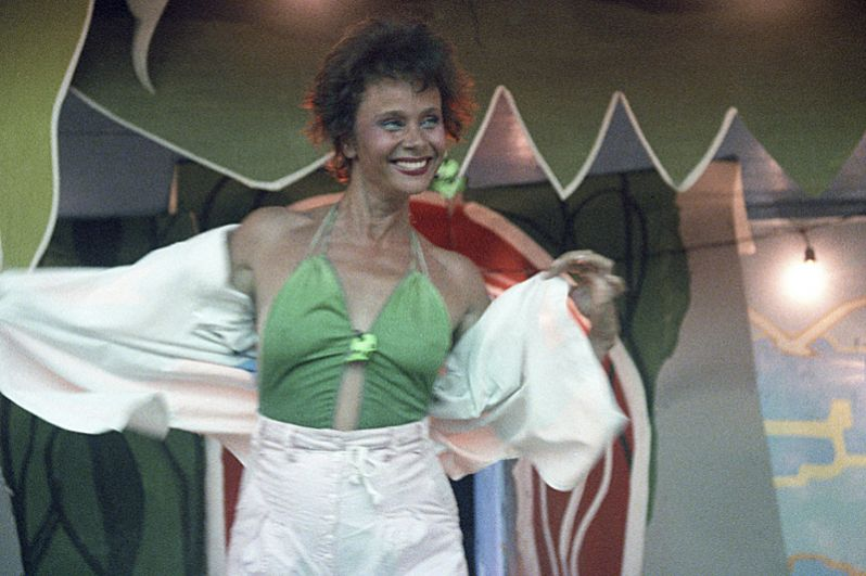 «Моя морячка» (1990) — танцующая ламбаду.