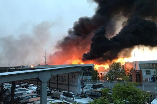 На месте работают 14 пожарных расчетов.