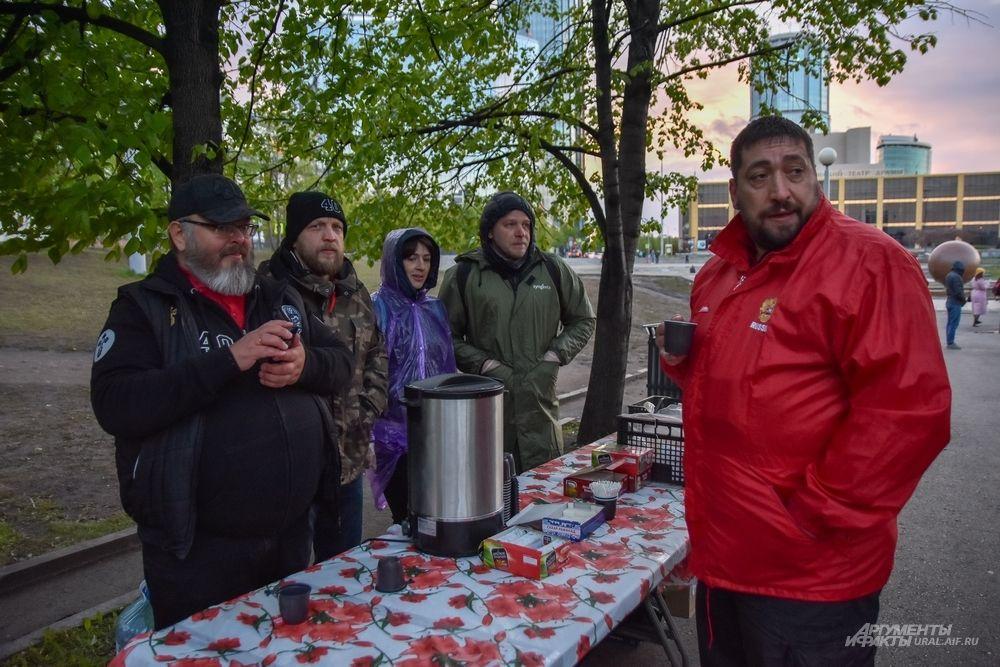 И движение «Сорок сороков», угощающее горожан чаем. Гармония, когда все мирно!