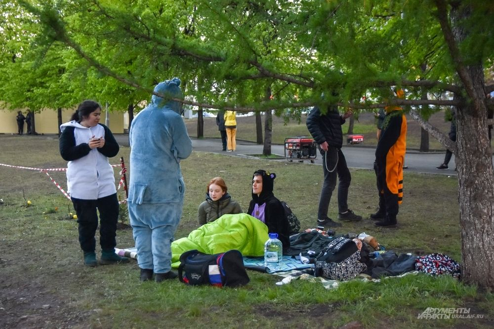 В сквере продолжает бурлить жизнь - остановились на пикник покемоны.