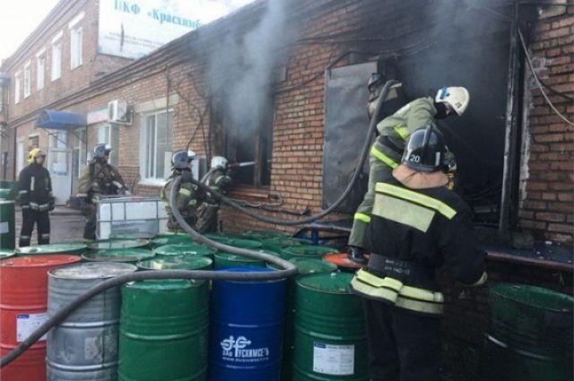 Пламя вырывалось из здания и распространилось на кровлю, существовала большая вероятность, что огонь перекинется на бочки с ацетоном