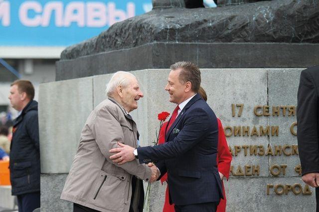 Брянских ветеранов поздравили представители польской делегации.