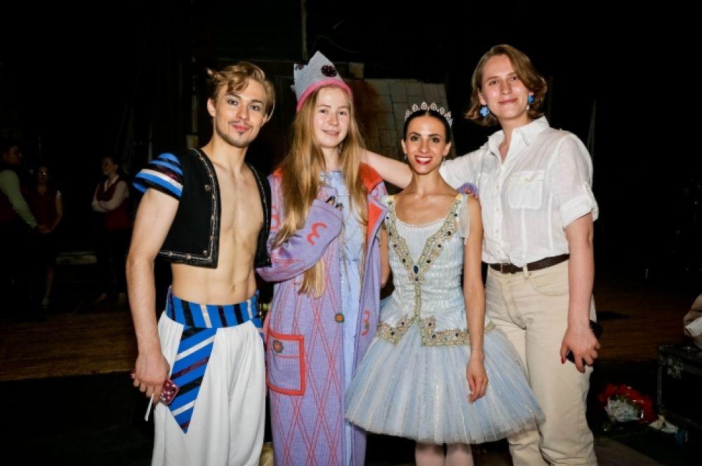 Омские дизайнеры - декораторы пуант Соня Сунцова, Мария Горенко с солистами Новосибирского балета на выступлении 1 июля.