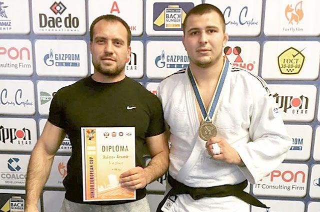 Александр Шалимов на фото изображен справа.