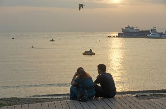 На закате, на берегу пляжа, так романтично проводить время.