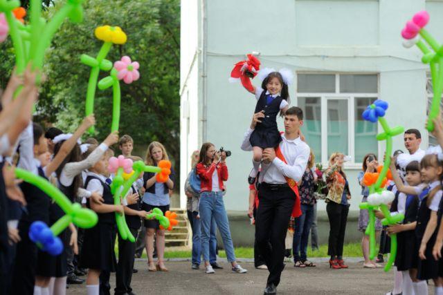 Сегодня в школах Владивостока дадут последний звонок