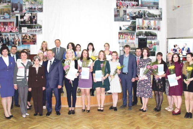 Лауреатами ежеквартальной премии стали 15 лучших педагогов города.