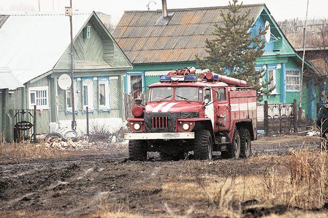 На месте возгорания в ту ночь работали восемь автоцистерн.