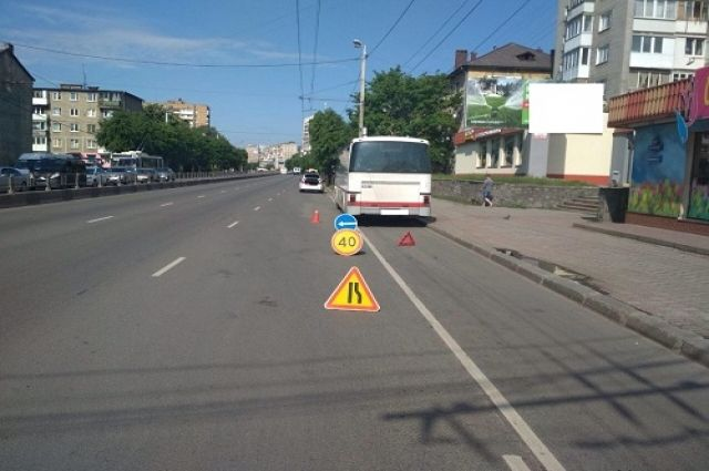 В Калининграде ребёнок выпал из автобуса на тротуар