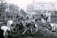 Горожане сами благоустраивают сквер в центре Челябинска, июнь, 1945 год.