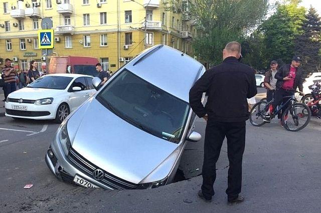 Подземные воды и аварийная ливневая канализация создают угрозу для транспорта и людей в Ростове-на-Дону.