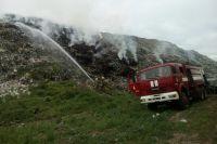 В Полтавской области пожарные всю ночь тушили огонь на свалке мусора